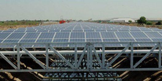Solarni paneli iznad irigacionih kanala u Indiji – dvostruka korist